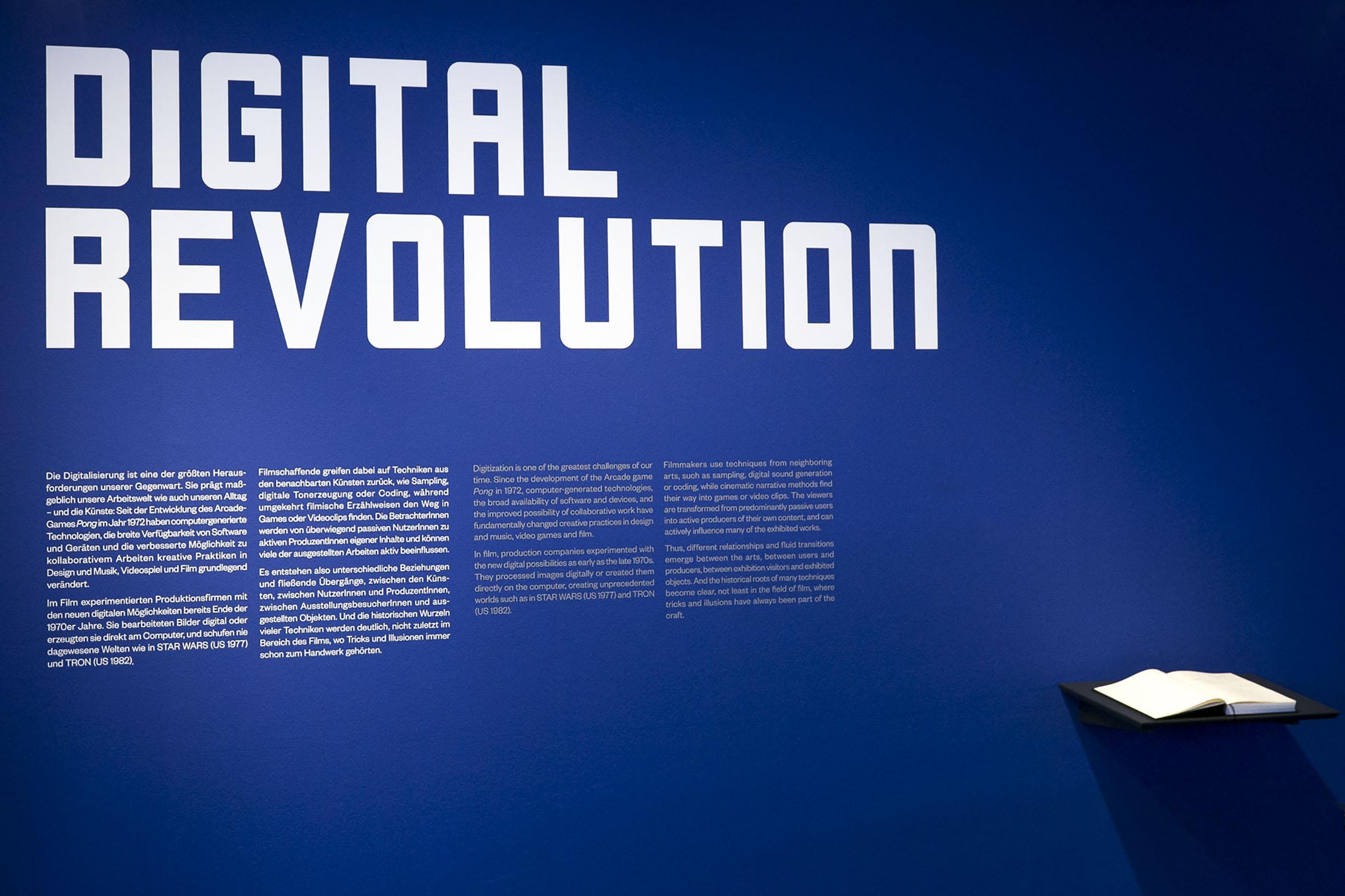 Tonia Bürkle (blaugrau): Digital Revolution für Deutsches Filmmuseum Frankfurt 1