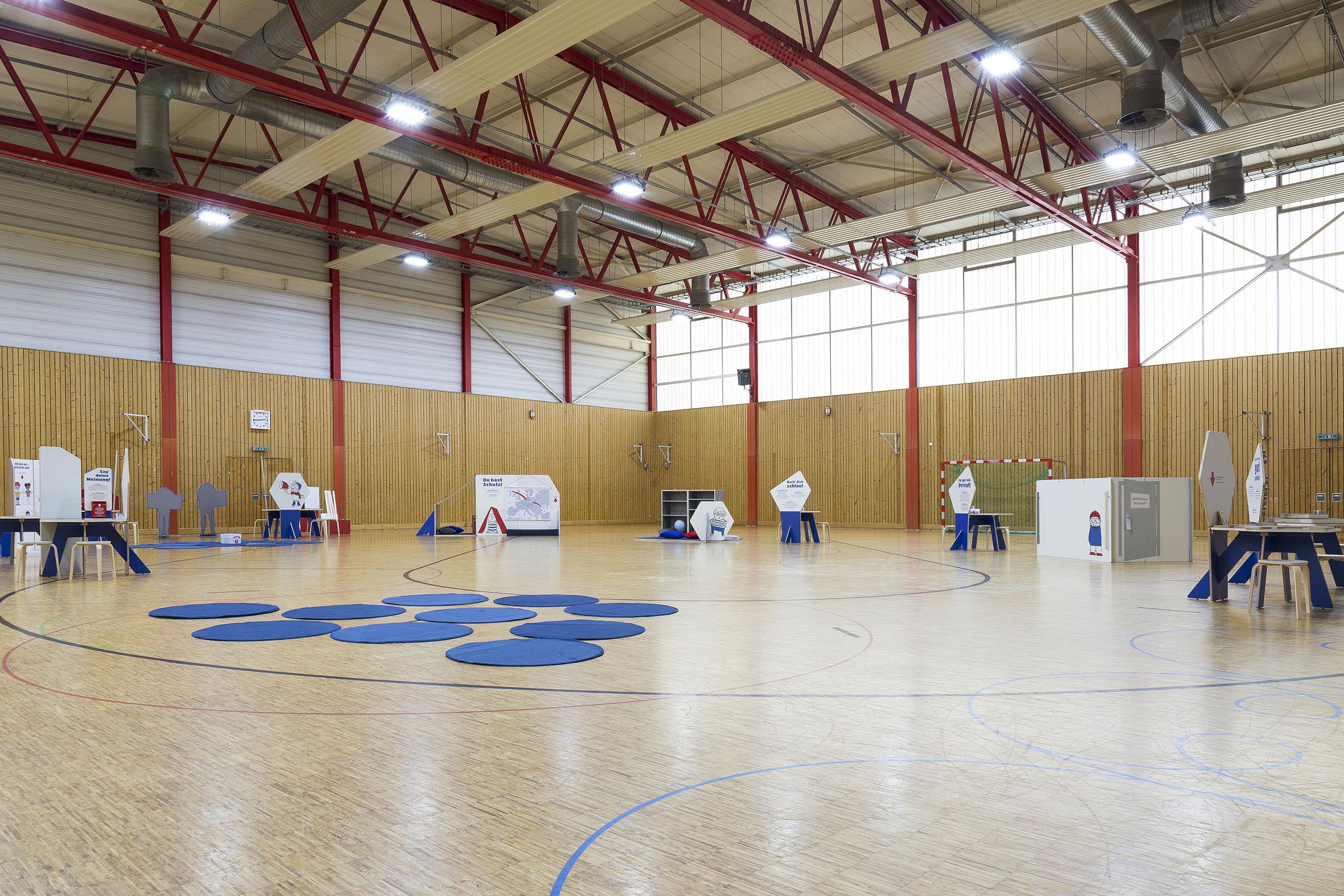 Tonia Bürkle (blaugrau): Kinder haben Rechte! Mobile Ausstellung für Kinderbüro Frankfurt 1