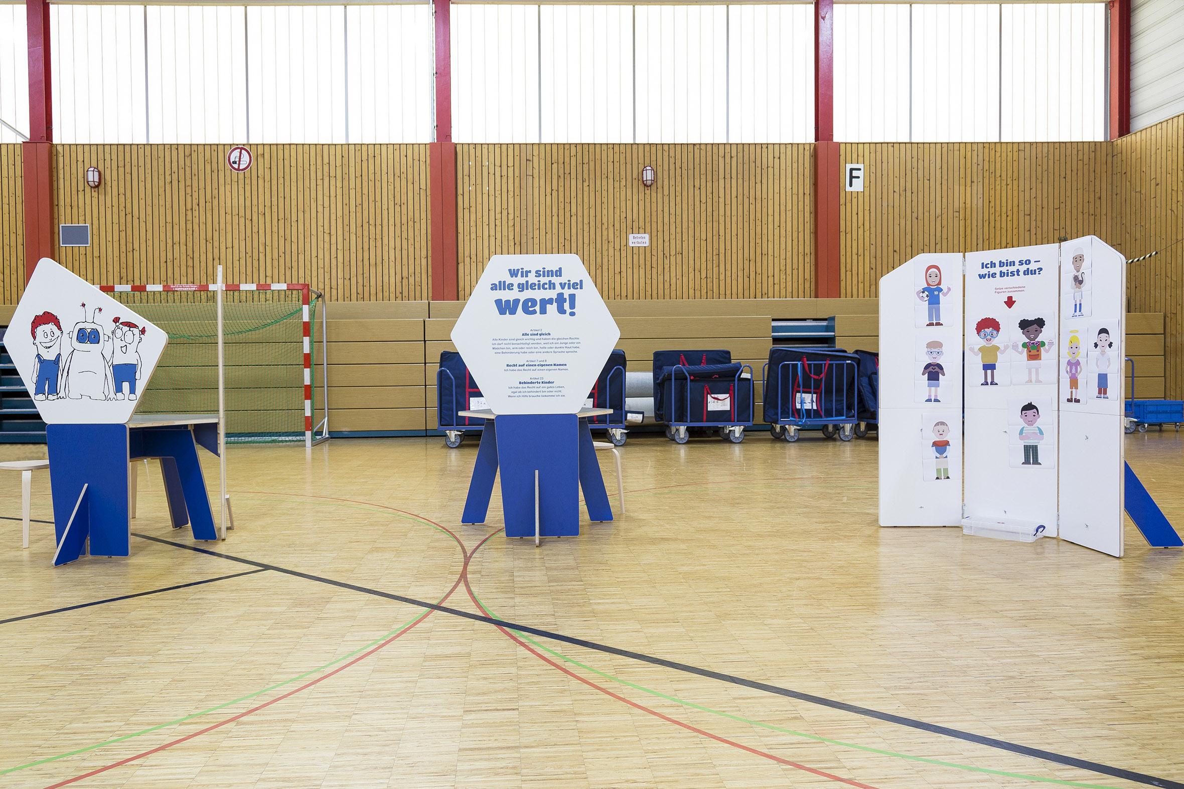 Tonia Bürkle (blaugrau): Kinder haben Rechte! Mobile Ausstellung für Kinderbüro Frankfurt 2