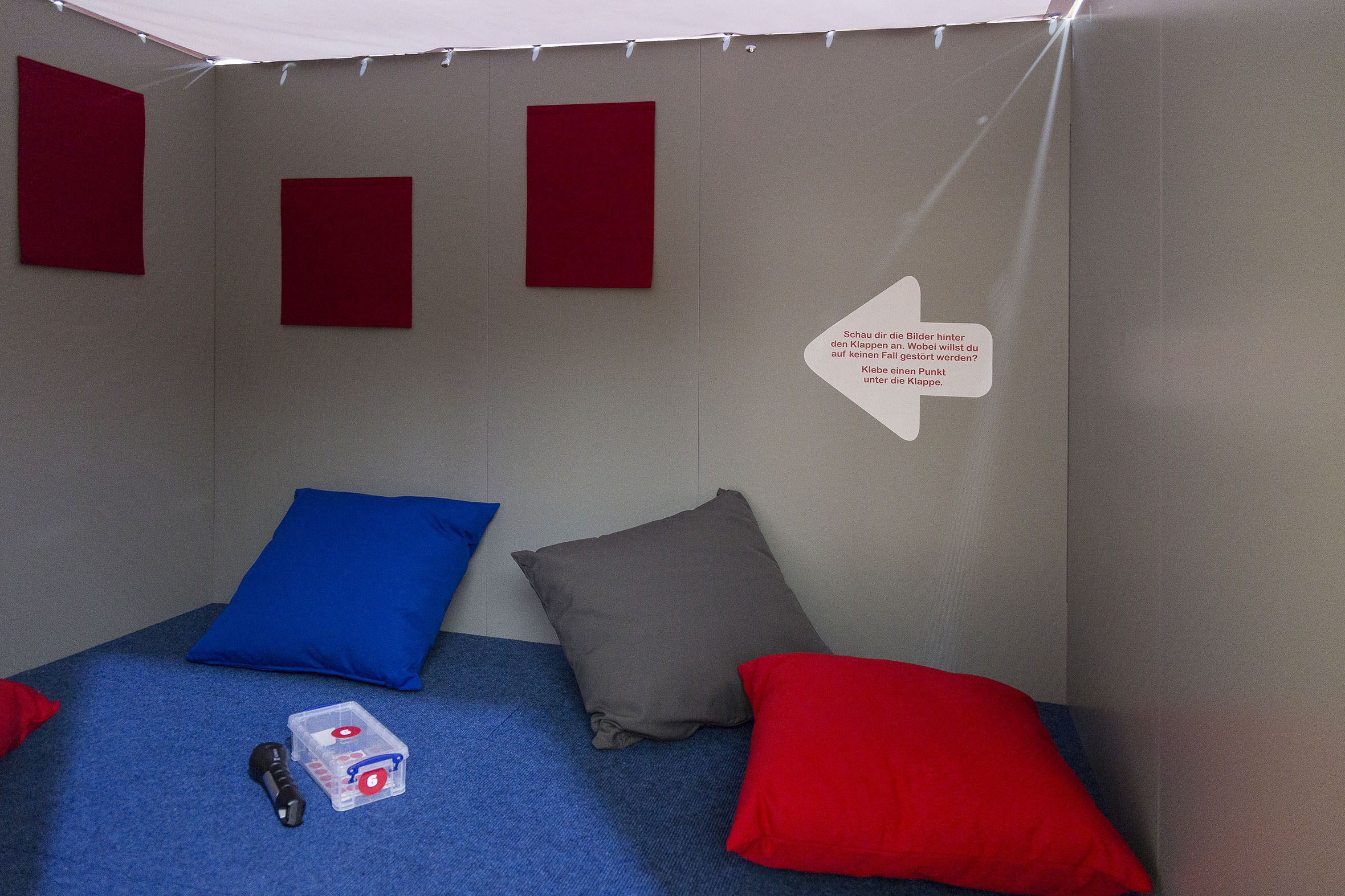 Tonia Bürkle (blaugrau): Kinder haben Rechte! Mobile Ausstellung für Kinderbüro Frankfurt 13