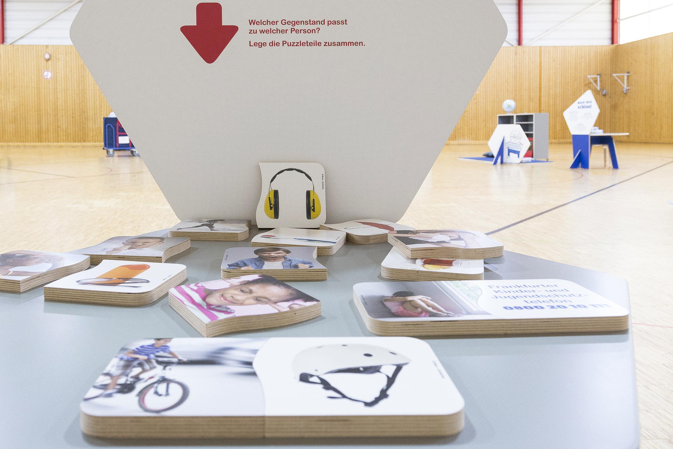 Tonia Bürkle (blaugrau): Kinder haben Rechte! Mobile Ausstellung für Kinderbüro Frankfurt 17