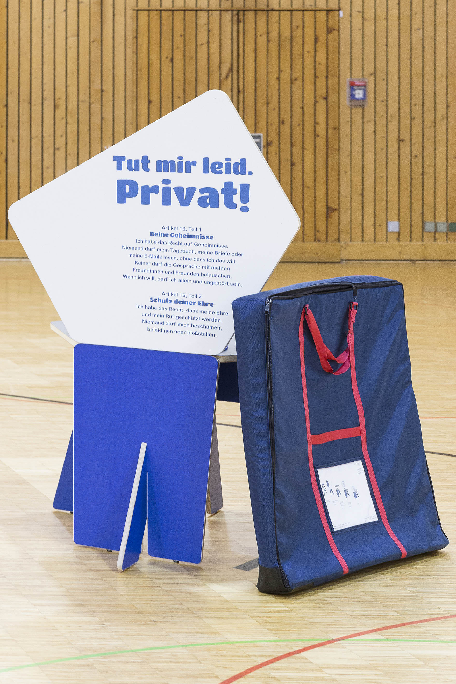 Tonia Bürkle (blaugrau): Kinder haben Rechte! Mobile Ausstellung für Kinderbüro Frankfurt 18