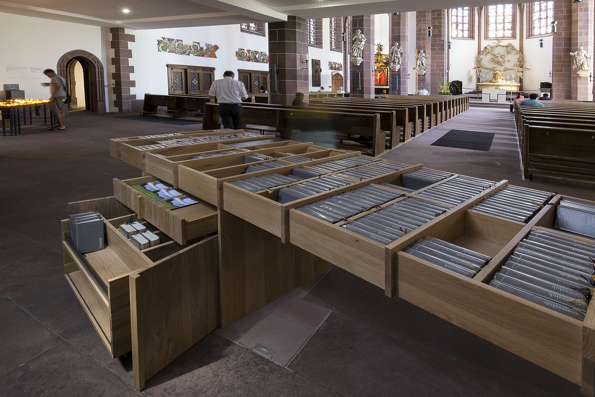 Tonia Bürkle (blaugrau): Möbel für Liebfrauen – Kirche und Kloster in der Stadt FrankfurtMöbel 10